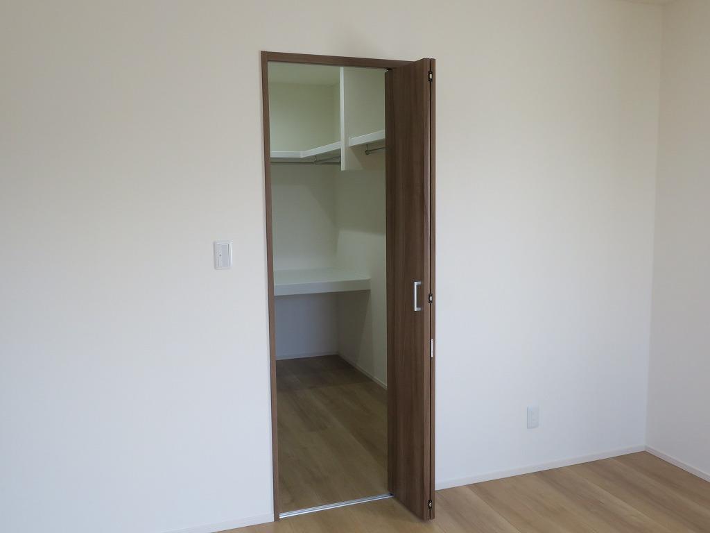 ウォークインクローゼットにドアと窓は必要