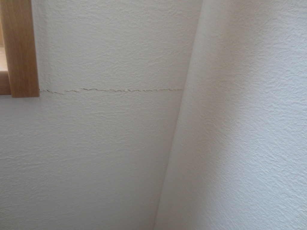 窓横のクロスのひび割れ