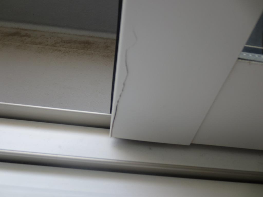窓サッシがヒビ割れしてしまった